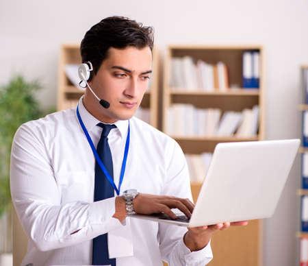 Hübscher Kundendienstmitarbeiter mit Headset Standard-Bild