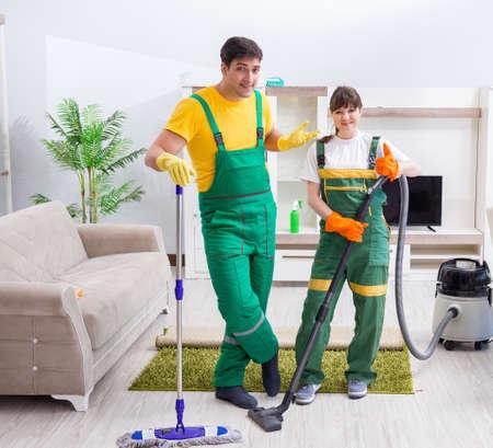 Entrepreneurs professionnels de nettoyage travaillant à la maison