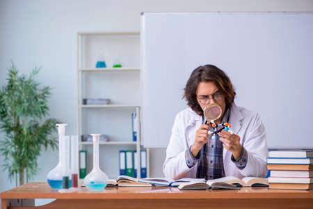 Chemistry lecturer during lecture in college Archivio Fotografico
