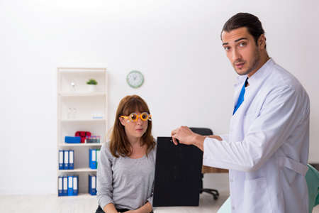 Young woman visiting male doctor oculist Zdjęcie Seryjne