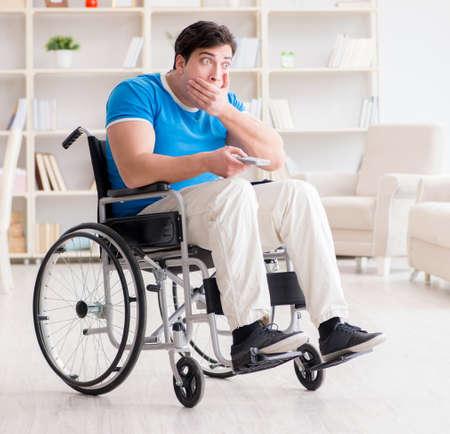 Homme handicapé regardant des sports à la télévision