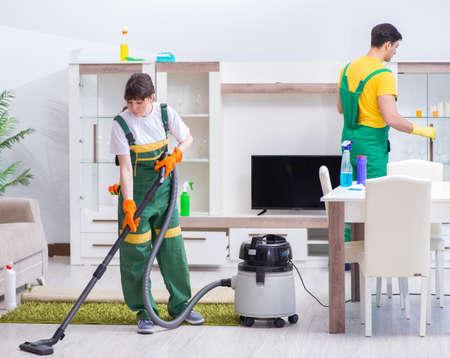 Entrepreneurs professionnels de nettoyage travaillant à la maison Banque d'images