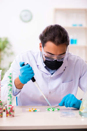 Young male chemist in drug synthesis concept Banque d'images - 143287133