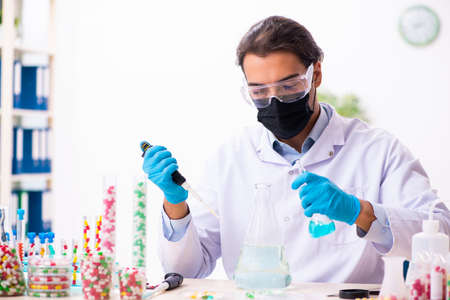 Young male chemist in drug synthesis concept Banque d'images - 143287140