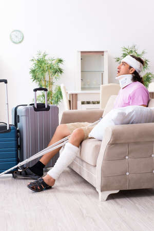 Young injured man preparing for the trip Stockfoto
