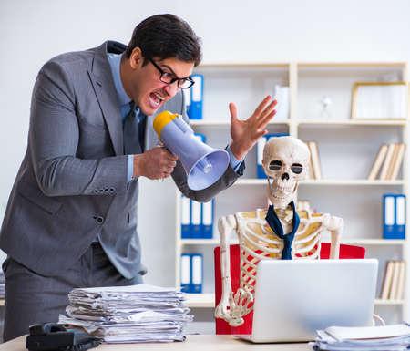 Angry boss yelling at his skeleton employee 版權商用圖片