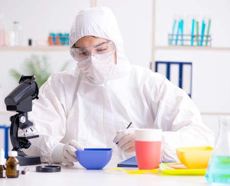 Le chimiste vérifie et teste la vaisselle en plastique