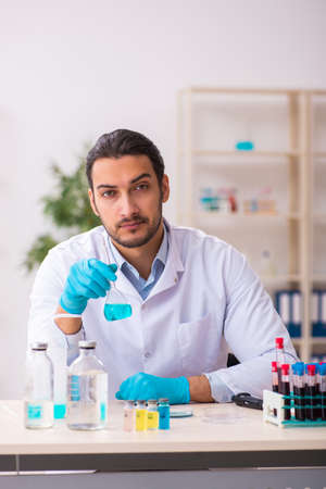 Young male chemist working in the lab Standard-Bild