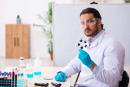 Jeune chimiste masculin travaillant dans le laboratoire