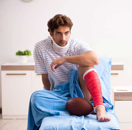 Verletzter Mann wartet auf Behandlung im Krankenhaus