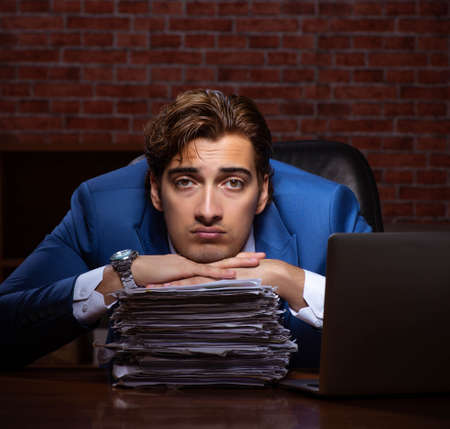 Young businessman working in the office at night 版權商用圖片