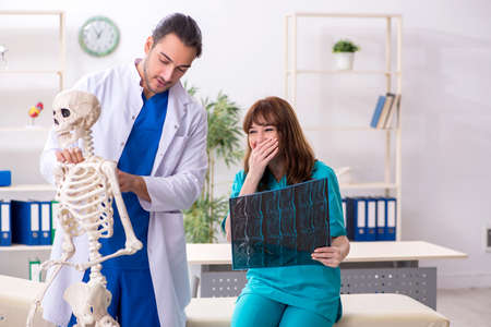 Two doctors colleagues working in the hospital Imagens