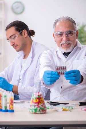 Two chemists working in the lab Zdjęcie Seryjne