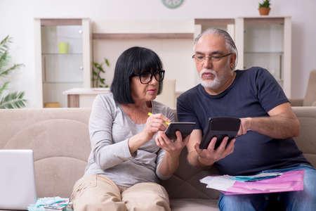 Old couple discussing family finances Zdjęcie Seryjne