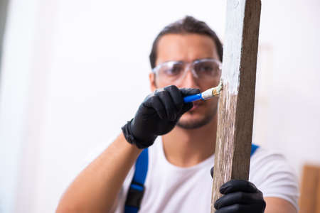 Young male contractor working in workshop Imagens