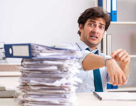 Overloaded busy employee with too much work and paperwork Imagens - 150402862
