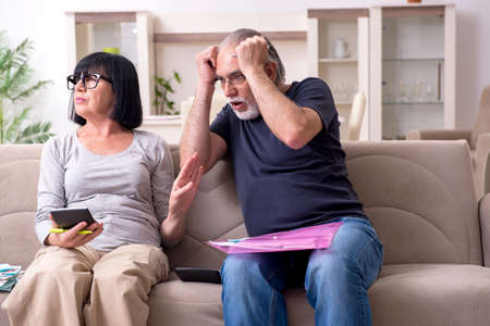 Old couple discussing family finances Imagens