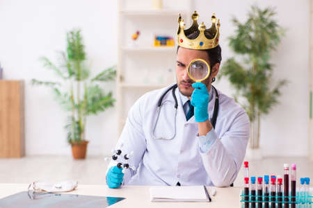 Doctor working in lab in coronavirus COVID-19 concept Foto de archivo