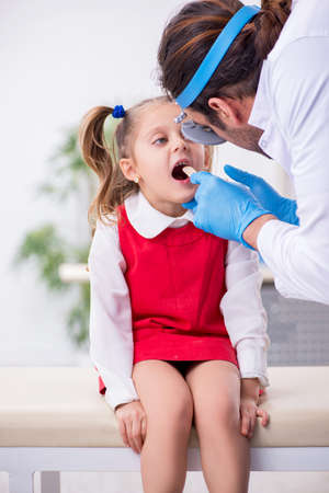 Small girl visiting young male doctor otorhinolaryngologist Imagens
