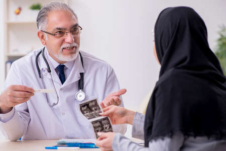 Arab woman visiting experienced doctor 免版税图像