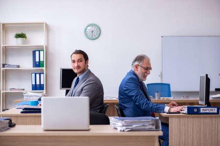 Two male employees working in the office Foto de archivo