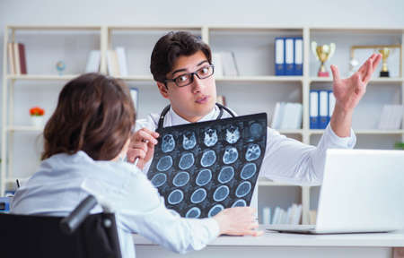 Doctor explaining to patient results of x-ray imaging Imagens