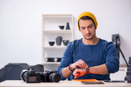 Young male photographer working in the studio Archivio Fotografico