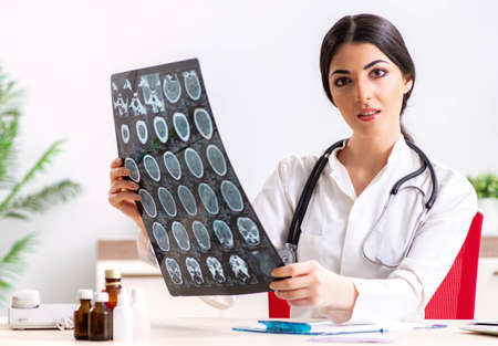 Female doctor radiologist with x-ray can image Zdjęcie Seryjne