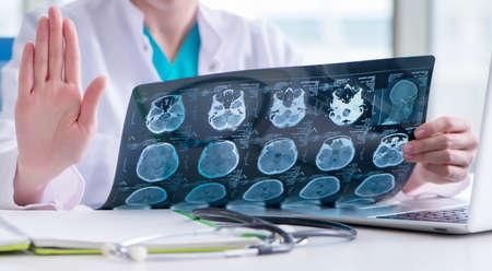 The doctor examining mri image in hospital Zdjęcie Seryjne