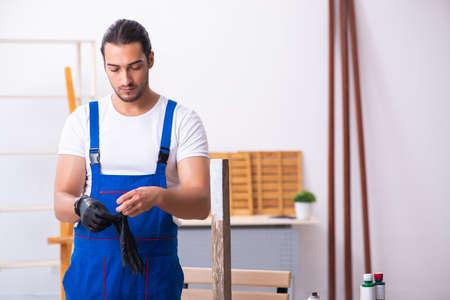 Young male contractor working in workshop Banco de Imagens