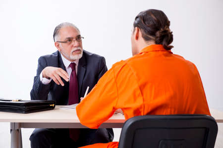 Young captive meeting with advocate in pre-trial detention Stockfoto