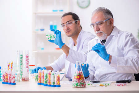 Two chemists working in the lab 版權商用圖片