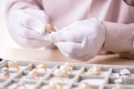 Old male jeweler at workshop 版權商用圖片