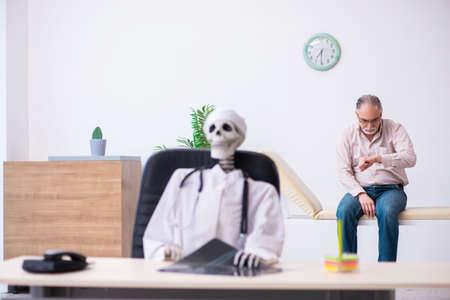 Old man visiting dead doctor radiologist Foto de archivo