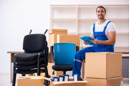 Young male professional mover doing home relocation Banque d'images