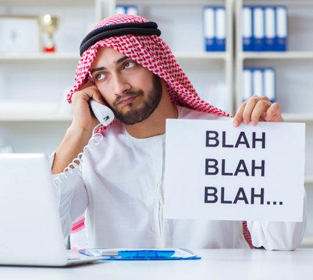 Arab man sitting at desk with message 版權商用圖片