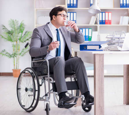 Disabled businessman working in the office Zdjęcie Seryjne