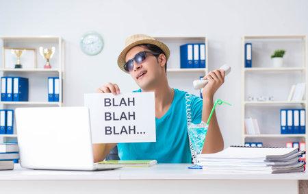 Businessman holding message in office 版權商用圖片