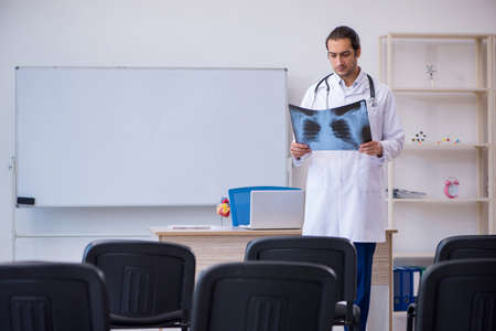 Young male doctor radiologist giving seminar in the classroom Standard-Bild