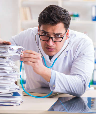 Busy doctor with too much work in hospital Banque d'images