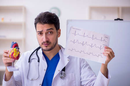Young male doctor cardiologist in the classroom Banque d'images