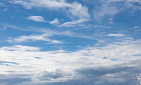 부드러운 구름과 하늘 배경
