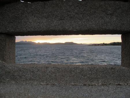 바다 파노라마, Caprera 섬, 사르데냐, 이탈리아와 오래 된 강화에 화강암 창 스톡 콘텐츠 - 78976637