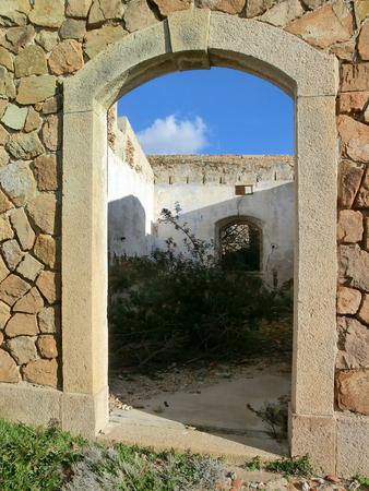 오래 된 돌 요새, Caprera 섬, 사르데냐, 이탈리아 화강암 문 스톡 콘텐츠