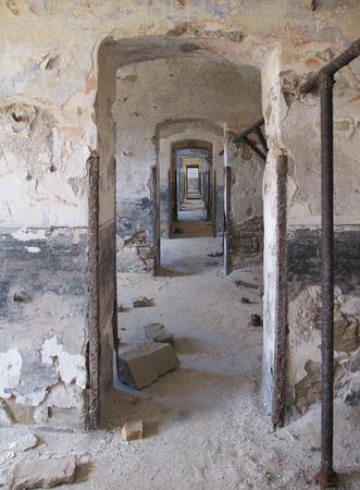 손상 된 석고 벽 빈티지 오래 된 망 쳐 건물에 끝없는 문 스톡 콘텐츠
