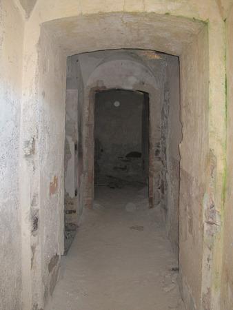 손상 된 석고 벽 빈티지 오래 된 망 쳐 건물 터널 문 스톡 콘텐츠