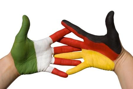 tratados: un apret�n de manos entre dos manos en la que el alem�n y la bandera italien est� pintado Foto de archivo