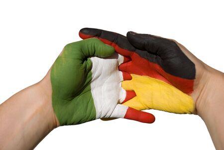 tratados: manos con bandera alemana y italien pintado en �l, que simboliza las relaciones internacionales Foto de archivo