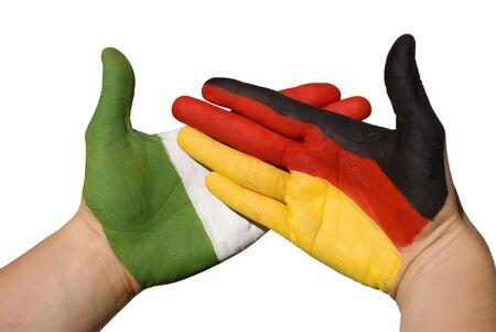 tratados: manos con bandera alemana y italien, simbolizando las relaciones internacionales