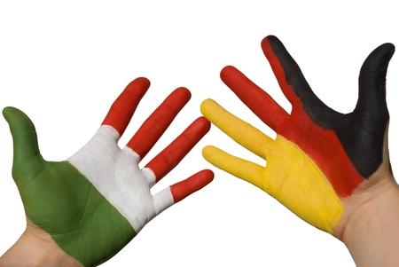 tratados: un alem�n y una mano italien en blanco